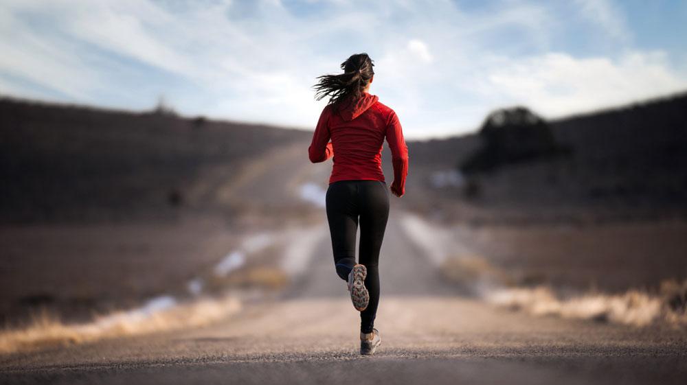 умеренная подвижность в течение дня, посильные занятия спортом, прогулки на свежем воздухе;