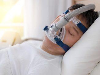Аббревиатура CPAP в переводе расшифровывается как статичное давление дыхательных путей. Название точно отображает принцип работы лечебного метода – это терапия, направленная на регулирование воздухообмена во время сна.