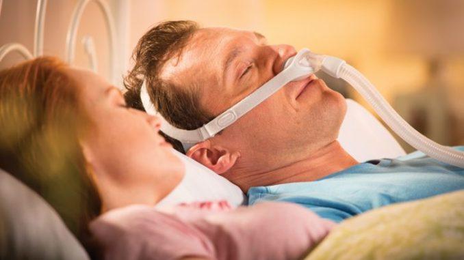 храпение всегда сопровождается легкой гипоксией, так как через узкий просвет гортани проходит недостаточное количество кислорода. Избежать негативных последствий такого явления позволит устройство против храпа.