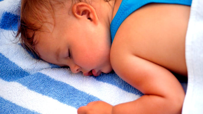 Ребенок потеет во время физической активности, особенно, если на улице или в доме жарко, а он одет в теплую одежду.