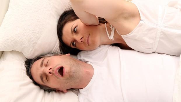 После того как возраст супруга перешагнет отметку в 35 лет, многие женщины сталкиваются с проблемой и задаются вопросом – что делать, если храпит муж, ведь я не могу нормально спать.