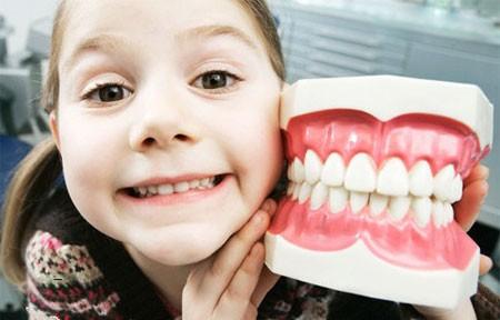 Если у ребенка замечены скрипы зубами днем, то перед визитом к врачу надо заметить, повторяется ли симптом в ночное время.