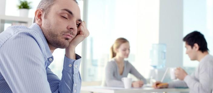 Явление, при котором человек спит дольше положенного времени, а днем его постоянно клонит в сон, вызвано низким качеством отдыха.