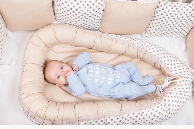 Это миниатюрная кроватка, которая позволяет уложить дите спать в любом удобном месте. Высокое ложе, бортики и фиксатор надежно удерживают младенца с первых дней и до полугода.