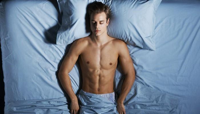 Это поза, при которой спящий лежит на спине, его ноги расслаблены и слегка раскинуты, а руки покоятся по бокам.