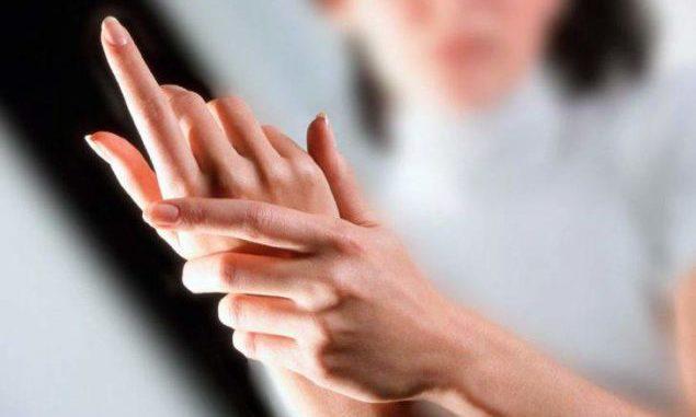 Явление, при котором немеют руки, известно людям разного возраста. Возникает оно, как правило, ночью, но в единичных случаях напоминает о себе и днем.