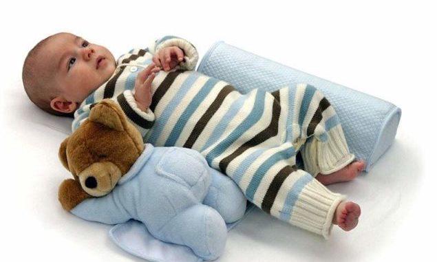 Особенно важно следить за дитем в период сна, ведь неправильная поза потенциально опасна для развития маленького человечка.