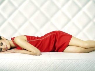 Не удивительно, что аксессуары, призванные обеспечить качественный сон, постоянно совершенствуют, и они пользуются спросом. Однако год за годом у людей возникает вопрос, полезно ли спать без подушки.