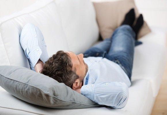 Позиция тела, при которой спящий лежит на спине, его ноги свободно вытянуты и слегка раздвинуты, а руки закинуты за затылок.