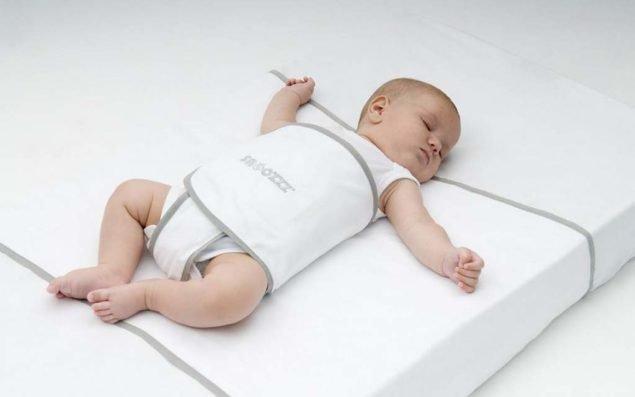 Универсальная модель, удерживающая младенца в одном положении с помощью широкого фиксатора, расположенного в области живота.