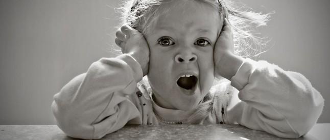 Зевота у детей может иметь также физиологические и патологические причины. К физиологическим причинам относятся: душное помещение, тугое пеленание младенца перед сном, переедание.
