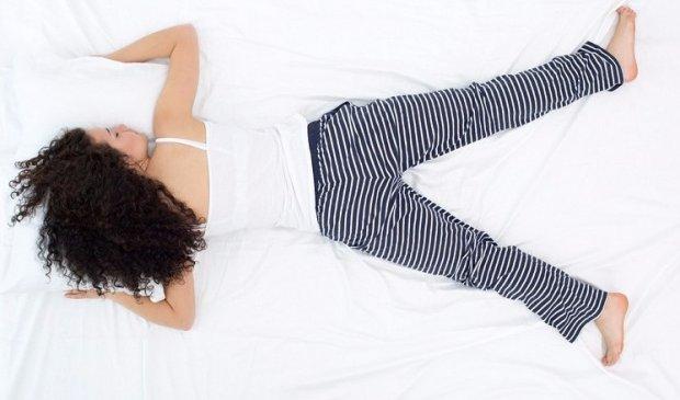 Положение лежа на животе, когда руки закинуты вверх, а ноги слегка раздвинуты для удобства опоры.