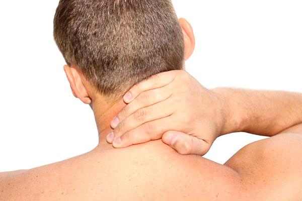 Отдых без подушки приводит к тому, что спина находится в неудобном положении – шейные позвонки неестественно изгибаются. При этом мышечный корсет не может расслабиться ночью, так как в такой позе велика вероятность получения травмы.