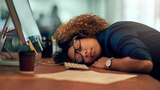 С таким явлением как сонливость в течение дня сталкивался хотя бы раз в жизни каждый человек. Она может быть вызвана простым недосыпом или серьезным заболеванием.