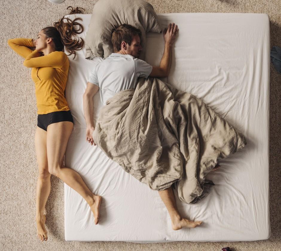 В начале отношений партнеры подстраиваются друг под друга таким образом, чтобы обоим было комфортно отдыхать. Но порой деление кровати вызывает настоящие боевые действия между партнерами.