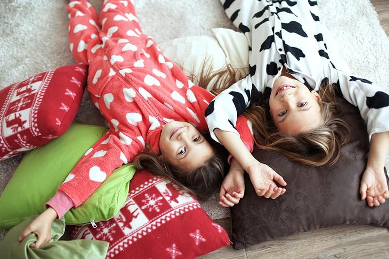 Нормы сна детей в разном возрасте регулируются общей продолжительностью сна, а также ограничениями по длительности ночного отдыха