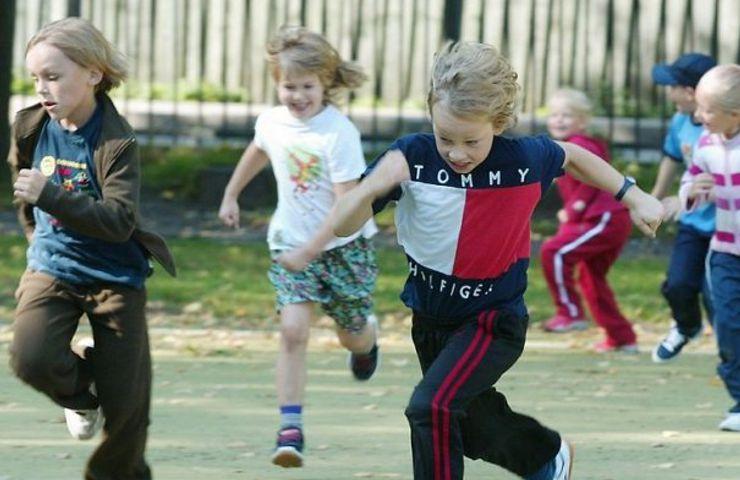 Обычно дети очень подвижны. Важно не ограничивать их в движении или выделять отдельные промежутки времени на активное времяпрепровождение, например, прогулку на улице, занятия в различных секциях. Если к вечеру малыш не устанет, переизбыток энергии не даст ему уснуть.