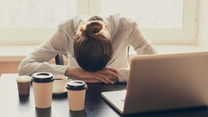 Под хроническим недосыпом понимают состояние, в котором человек оказывается при систематическом недостатке сна или плохом качестве отдыха.