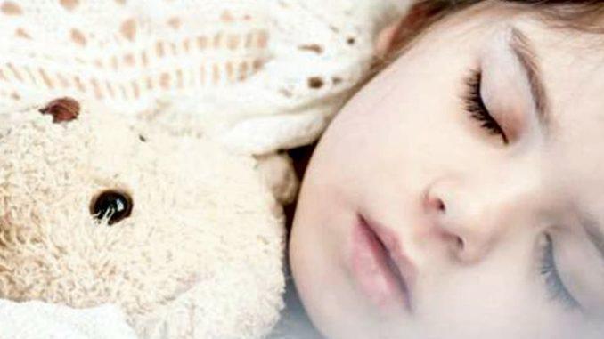 Сноговорение или сомникловия – это явление, которое можно наблюдать у людей всех возрастов. Однако ввиду неокрепшей нервной системы у детей речь во время отдыха можно услышать чаще, чем у взрослых.