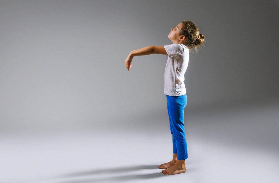 Отдельные случаи лунатизма наблюдаются почти у всех малышей детсадовского возраста. В течение эпизода ребенок неосознанно совершает вполне обычные действия – разговаривает, спрашивает, куда-то идет, просто сидит. Как правило, такие явления наблюдаются нечасто, быстро проходят.