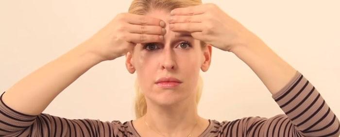 Ладонь кладут на лоб и накрывают ее другой рукой. Движения вправо-влево выполняют в стабильном ритме, каждый раз доводя руки до висков.