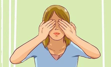 Пальминг – это методика тренировки глаз с помощью пальцев или ладоней. Для выполнения надо закрыть глаза и немного надавить на них, а затем отпустить.