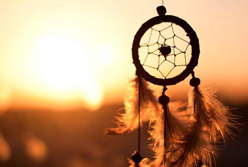 Самый доступный и простой способ очистить ловец снов – обеспечить ему беспрепятственный доступ к солнечным лучам. Согласно учениям индейцев, светило выжигает негативную энергию дотла.