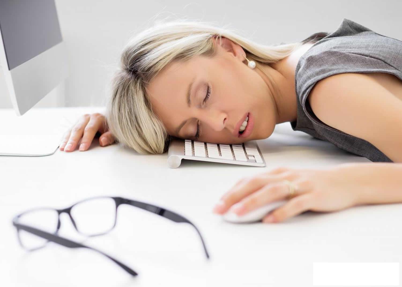 Это состояние, когда человек засыпает в любой момент времени, независимо от действия, которое совершает.