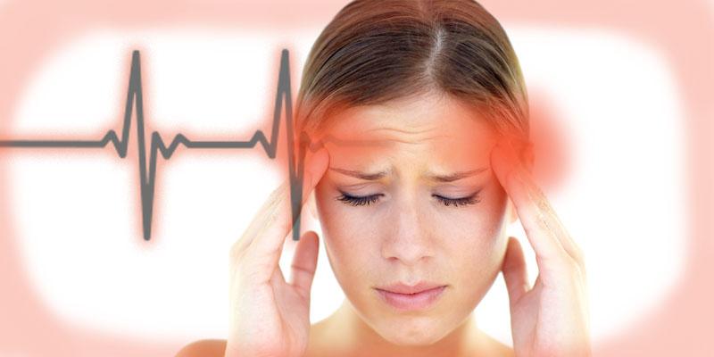 Головная боль от недосыпа – частое явление, локализующееся в области висков и лобной части черепа. Ощущения ноющие, давящие. Появляется симптом непосредственно после пробуждения или в первой половине дня.