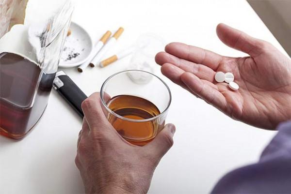 Сочетание мелатонина и алкоголя оказывает разное влияние в частных случаях. У некоторых людей совместный прием приводит к быстрому развитию заторможенности и увеличению снотворного эффекта. Другие не ощущают никакого действия синтезированного гормона сна на организм – алкоголь подавляет его без дополнительных последствий. В большинстве случаев наблюдается негативное действие на организм.