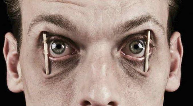 Обычно, когда человек заболевает, врачи советуют ему побольше спать. Но в некоторых случаях применяется противоположный метод, то есть лишение пациента сна более чем на сутки. Необходимость такой методики для лечения психологических расстройств приводит к тому, что пациенты интересуются, что это такое депривация сна.